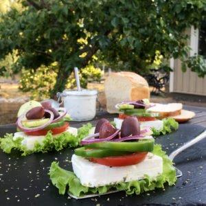 Portionsbitar av grekisk sallad!