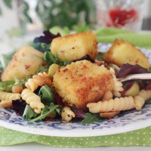 Halloumisallad med pasta och salta jordnötter