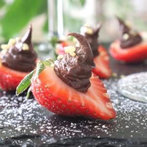 Jordgubbar med choklad – festligt till festen