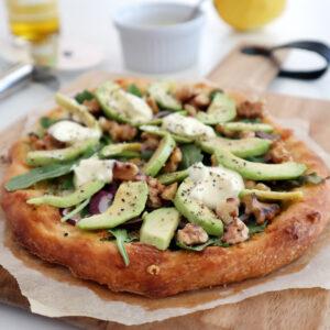 Avokadopizza med citronkräm och rostade valnötter – måste-ha-pizzan!