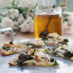 Pizzasnittar! Supergott med chèvre, grönkålschips, rostade valnötter och honung!