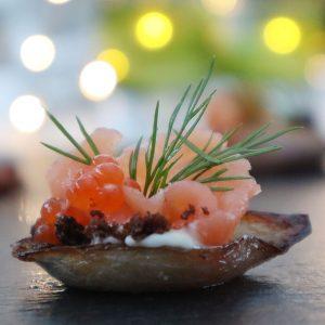Lax i lök-skål med regnbågslaxrom, stekta brödsmulor och wasabimajjo!