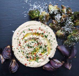 Hummus med ungsrostad broccoli och rödlök